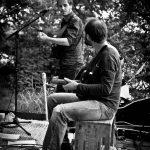 Corentin et Rimo jouent sur la toue cabanée