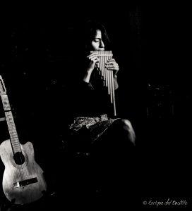 Photo de Naira Andrade jouant de la flûte de pan