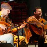 Photo de deux musiciens du groupe de musique andine O.M.N.I.